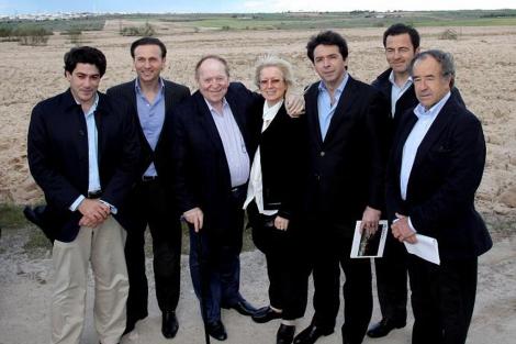 Adelson, (3º por la izquierda) el pasado mayo en Madrid.