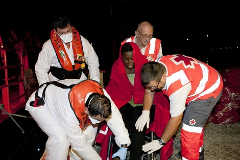 Los agentes de salvamento marítimo evacúan a la mujer envarazada.   Efe