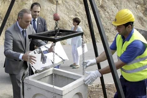 Alberto Fabra coloca la primera piedra de las nuevas instalaciones de Reciplasa.   GVA