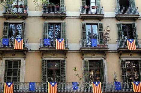 Balcones del centro de Barcelona engalanados con la 'estelada' y la bandera de la UE. | Reuters