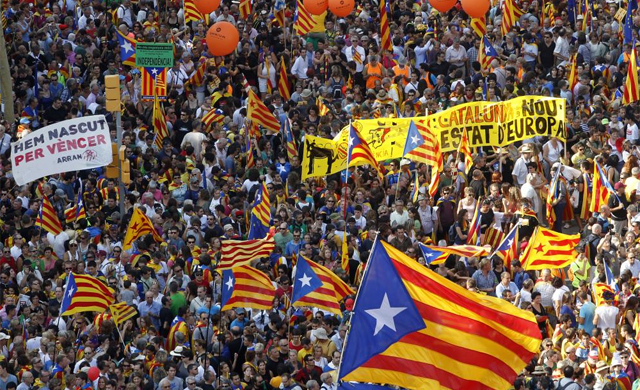 El centro de la capital catalana completamente colapsado y repleto de 'estelades'. | Domènec Umbert