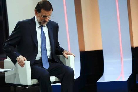 Mariano Rajoy se sienta, momentos antes ser entrevistado en RTVE. | Reuters
