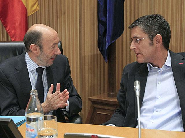 Rubalcaba conversa con Eduardo Madina en el Congreso.   Gustavo Cuevas / Efe