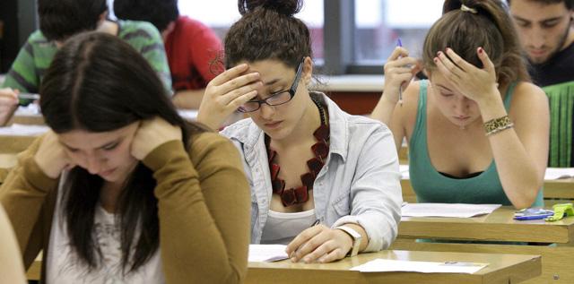 Jóvenes estudiantes durante un examen el pasado mes de junio. | Efe