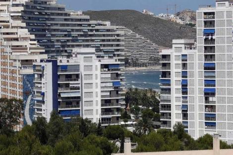 Bloques de apartamentos en primera línea de playa en el municipio de Cullera.   Vicent Bosch