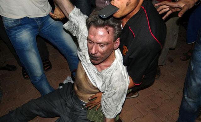 El embajador estadounidense al ser evacuado del Consulado.| Afp