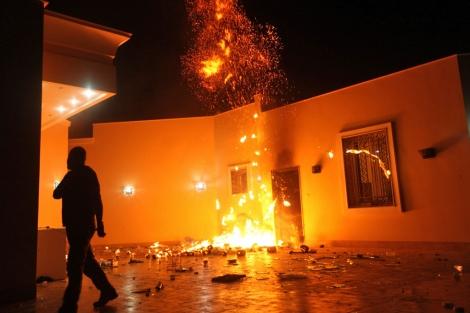 El consulado estadounidense en Bengasi, en llamas, tras el ataque el martes por la noche. | Reuters