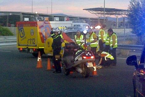 Trabajadores de emergencias en el lugar de los hechos. | E. M.