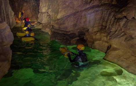 Los pasadizos de la cueva están llenos de lagunas de aguas cristalinas. | ESA