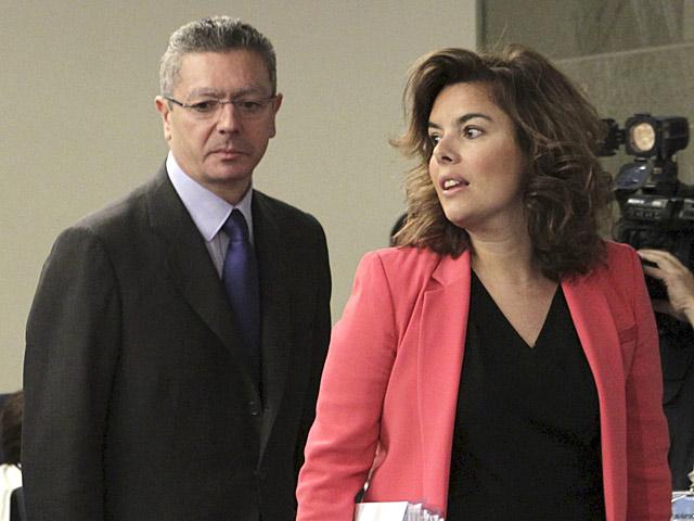 Alberto Ruiz-Gallardón, con la vicepresidenta del Gobierno, tras el Consejo de Ministros.   Efe