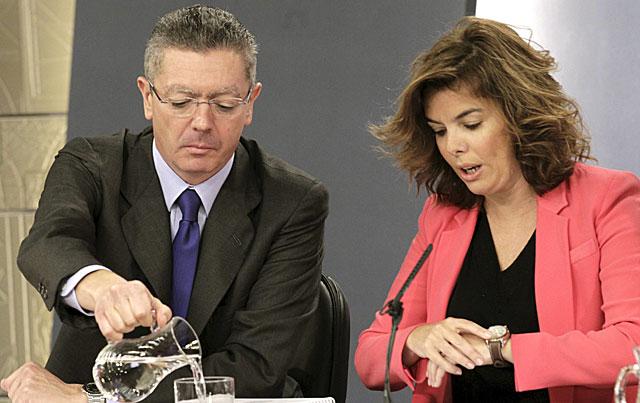 El ministro de Justicia y la vicepresidenta del Gobierno preparándose para el inicio de la rueda de prensa. | Sergio Barrenechea / Efe