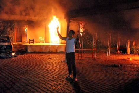 un hombre armado frente al consulado estadounidense en Bengasi. | Efe