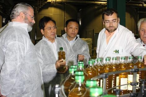 Una delegación japonesa en una visita a Hojiblanca.