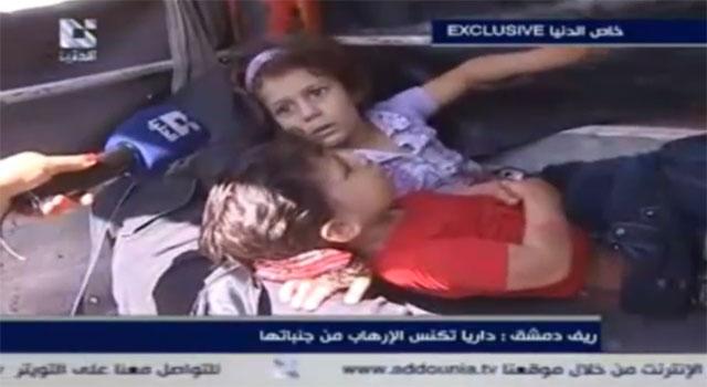La niña de cuatro años entrevistada por Addounia junto al cadáver de su madre. | E.M.