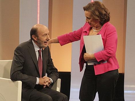 Rubalcaba, en su saludo con la periodista de EL MUNDO Victoria Prego. | Paco Toledo