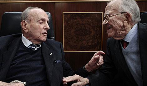 Fraga y Carrillo conversan en el Congreso en el 30 aniversario del 23-F. | S. Vera / Reuters
