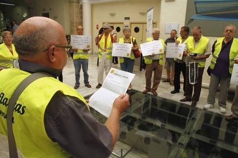 Los 'iaioflautas' leen un manifiesto en Hacienda. | Reuters