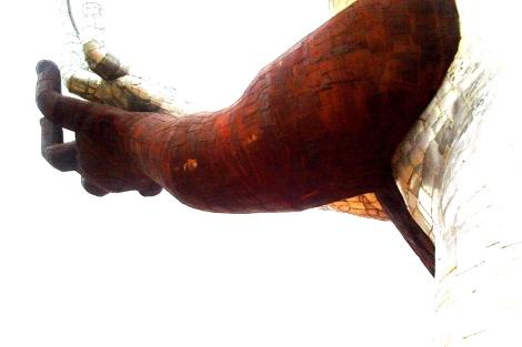 Detalle de uno de los brazos de la escultura de Ripollés afectado por el óxido. | Compromís