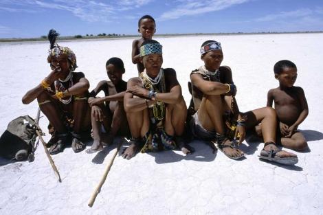 Un grupo de bosquimanos, en el desierto del Kalahari. | National Geographic