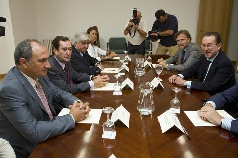 El consejero De Llera -a la derecha-, con las autoridades judiciales de Huelva. | J. Yáñez