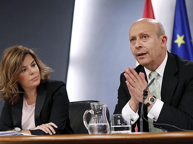 El ministro de Educación, José Ignacio Wert, en presencia de la vicepresidenta, Soraya Sáenz de Santamaría. | Zipi / Efe