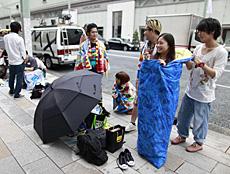 Espera ante una tienda Apple en Tokio. | Reuters