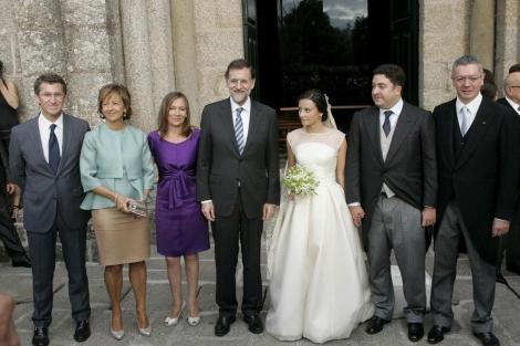 Feijoo, las esposas de Gallardón y Rajoy, el presidente, los novios y el ministro. | Efe ÁLBUM