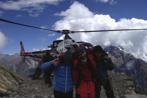 Un herido en el alud del Manaslu es evacuado en helicóptero. | Reuters