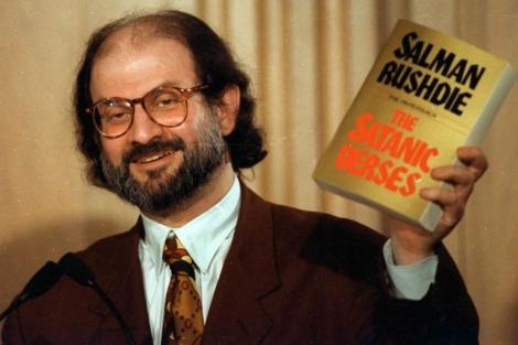 Salman Rushdie, con un ejemplar de 'Los versos satánicos', en 1992.   AP