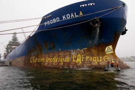 Activistas de Greenpeace bloquean el 'Probo Koala'. | Greenpeace