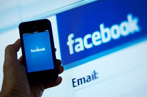 Un smartphone conectándose a la red social.| El Mundo