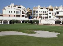 El campo de golf con los inmuebles de fondo.   ELMUNDO.es
