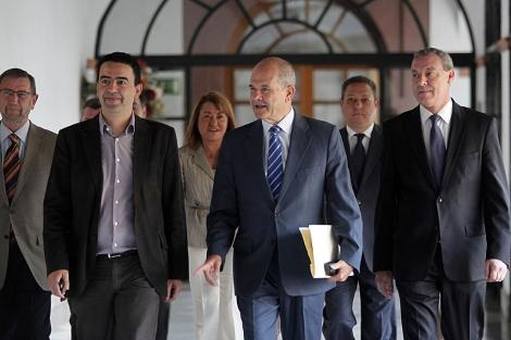 El ex presidente andaluz Manuel Chaves (c.), a su llegada al Parlamento andaluz. | J. Morón
