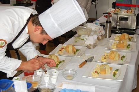 Uno de los cocineros, durante la preparación de un plato.