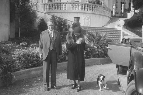 Hearst y una invitada, en el Castillo de San Simeón, en California.