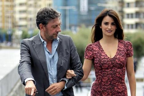 El director y la actriz durante su llegada al festival. | Javier Etxezarreta