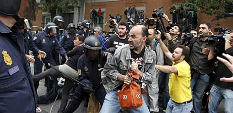 Primera carga de la Policía, junto a las vallas. | Efe