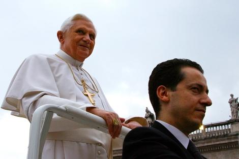 El Papa Benedicto XVI con su mayordormo, Paolo Gabriele.| Afp