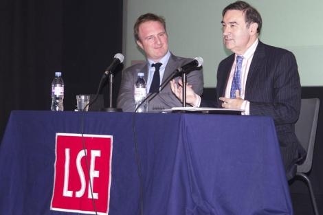 James Harding, director de 'The Times', junto a Pedro J. Ramírez, en la LSE. | L. M.