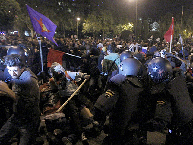 Enfrentamiento entre policías y radicales durante la noche de este martes en Neptuno. | Alberto Martín / Efe VEA MÁS FOTOS