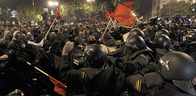 Grupo de manifestantes que desencadenó una de las cargas policiales.   Alberto Martín / Efe