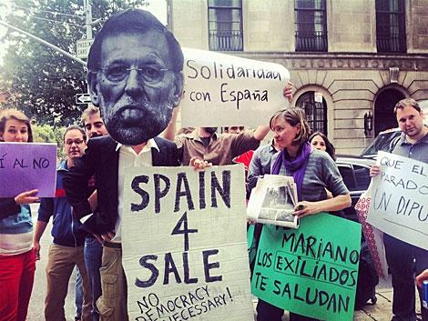 Manifestantes en la puerta de la Américas Society. | María Ramírez