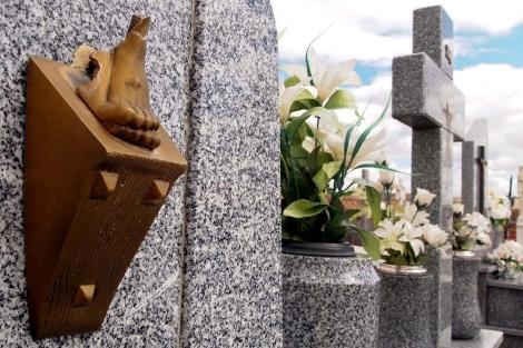 Estado de una de las tumbas en el cementerio de Muriel de Zapardiel. | N. Gallego / Efe