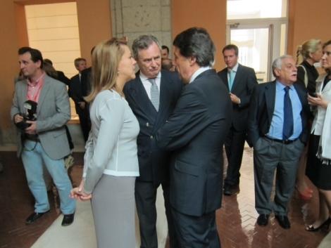 Ignacio González, nuevo presidente de la Comunidad (derecha), charla con Mª Dolores de Cospedal. | P.B.