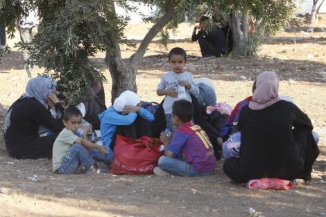 Un grupo de refugiados sirios tras llegar a territorio jordano en la aldea de Thuniba.   J. N. (Efe).