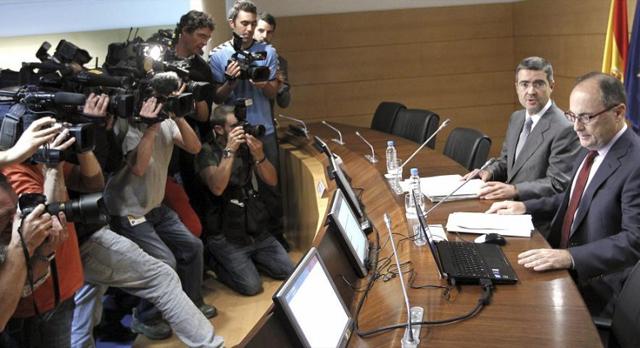 El subgobernador del Banco de España, Fernando Restoy (d), y el secretario de Estado de Economía, Fernando Jiménez Latorre, presentan los esperados test. | Efe