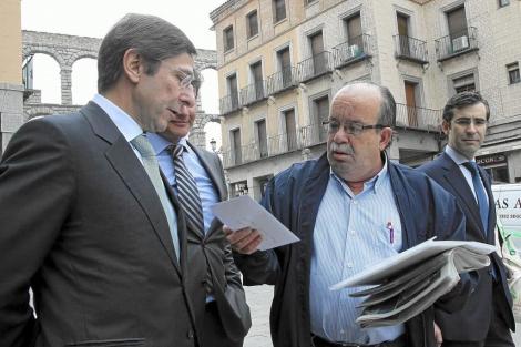 Un cliente de Bankia entrega una carta a Goirigolzarri hoy en Segovia.   EFE