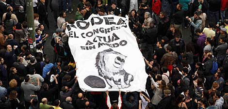 Una pancarta de 'Rodea el Congreso' en la manifestación. | Bernardo Díaz
