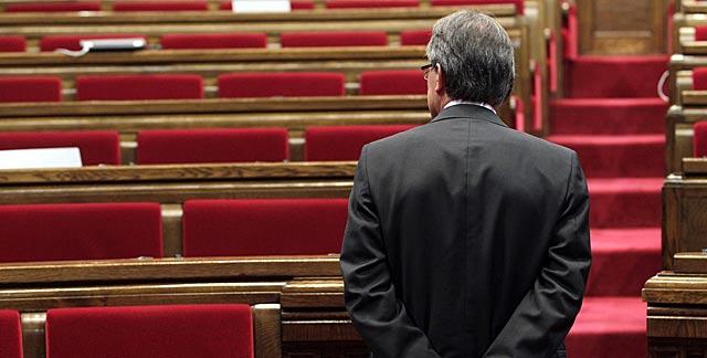 Artur Mas, en un descanso durante el debate de política en el Parlament.   Antonio Moreno