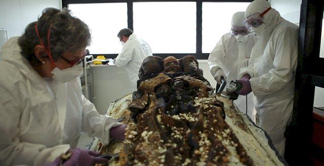 Los forenses analizan los restos de Prim.   Foto: Efe